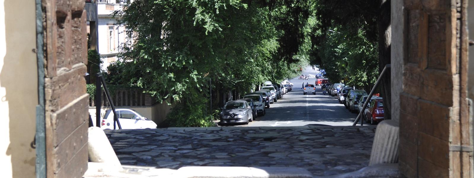 Uscita dal cortile della basilica e vista sul rione di san Saba - Basilica di san Saba sull'Aventino minore, Roma